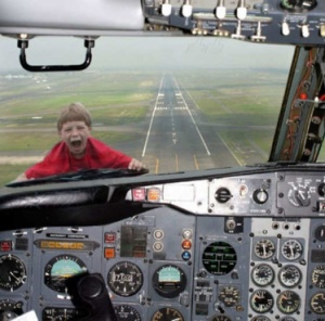 kid-stuck-outside-airplane-window-blooper