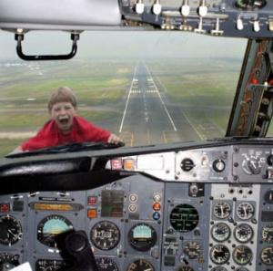 kid-stuck-outside-airplane-window-blooper